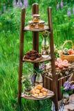 三搁置了木机架充满甜快餐 免版税库存图片