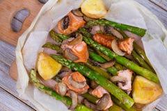 三文鱼、芦笋和蘑菇在羊皮纸 库存照片