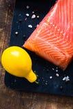 三文鱼内圆角和柠檬 免版税库存图片