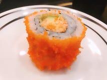 三文鱼卷芦笋鲕梨日本食物 免版税库存照片