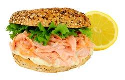 三文鱼和乳脂干酪百吉卷 库存图片