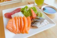 三文鱼和其他钓鱼未加工与山葵和调味汁在桌木头 免版税图库摄影