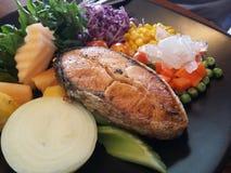 三文鱼和凉拌生菜 免版税图库摄影