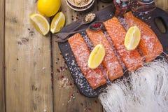 三文鱼和水晶面条 准备泰国食物 鲜美和健康 吃健康 图库摄影