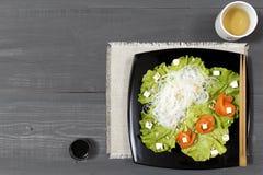 三文鱼和米线沙拉  免版税图库摄影