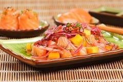 三文鱼和芒果ceviche 免版税库存照片