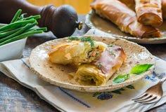 三文鱼和蓬蒿黄油filo小包 免版税图库摄影