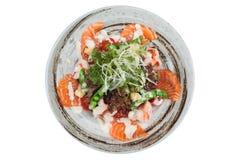 三文鱼和虾沙拉被隔绝的顶视图与赤栎,豌豆,与蛋黄酱顶部的油煎方型小面包片的与狂放的火箭 库存图片