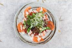 三文鱼和虾沙拉顶视图与赤栎,豌豆,与蛋黄酱顶部的油煎方型小面包片的与狂放的火箭 库存图片