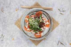 三文鱼和虾沙拉顶视图与赤栎,豌豆,与蛋黄酱顶部的油煎方型小面包片的与狂放的火箭 图库摄影