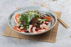 三文鱼和虾沙拉顶视图与赤栎,豌豆,与蛋黄酱顶部的油煎方型小面包片的与狂放的火箭 免版税库存图片