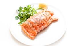 三文鱼和虾装在口袋里未加工在白色板材 免版税库存照片