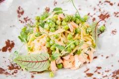 三文鱼和豌豆扁面条 免版税库存照片