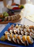 三文鱼和费城寿司卷-亚洲食物餐馆交付,盛肉盘集合特写镜头在白色背景的 免版税库存图片