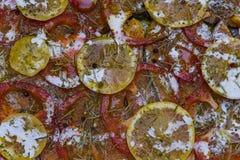三文鱼在一个烤箱烤了用黄油、荷兰芹和大蒜 煮熟的鱼和新鲜的柠檬的部分在一块白色板材在木 免版税库存照片