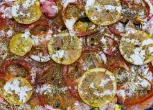 三文鱼在一个烤箱烤了用黄油、荷兰芹和大蒜 煮熟的鱼和新鲜的柠檬的部分在一块白色板材在木 免版税库存图片
