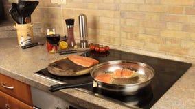 三文鱼在平底锅,家庭烹饪油煎 股票视频