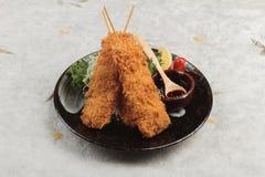 三文鱼天麸罗棍子是混合与天麸罗面粉的被油炸的三文鱼供食用甜调味汁 免版税库存图片