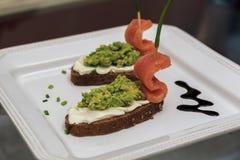 三文鱼小船点心,家制面包,鳄梨调味酱捣碎的鳄梨酱 库存图片