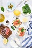 三文鱼开胃菜三明治用乳脂干酪和黄瓜 库存图片