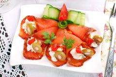 三文鱼开胃菜用乳脂干酪和橄榄 图库摄影