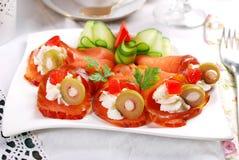 三文鱼开胃菜用乳脂干酪和橄榄 免版税库存照片