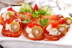 三文鱼开胃菜用乳脂干酪和橄榄 免版税库存图片