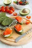 三文鱼开胃菜用鲕梨和西红柿 图库摄影