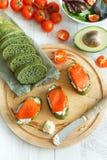 三文鱼开胃菜用鲕梨和西红柿 免版税库存照片