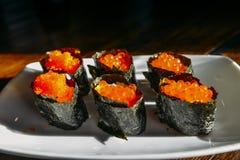 三文鱼怂恿在板材的寿司 免版税库存照片