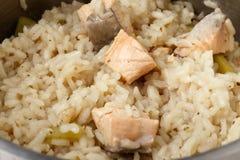 三文鱼意大利煨饭烹调 免版税库存照片