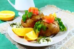三文鱼柠檬的土豆 库存图片