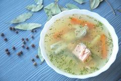 三文鱼汤用土豆,红萝卜,莳萝 库存照片
