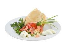 三文鱼沙拉、新鲜蔬菜和红色鱼子酱 免版税库存照片