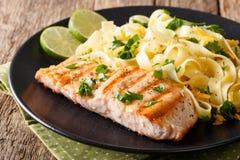三文鱼烤了与意大利细面条面团和乳酪特写镜头 horizo 库存图片