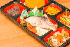 三文鱼烤的和其他的食物套在箱子 免版税图库摄影
