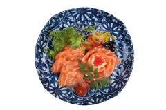 三文鱼生鱼片被隔绝的顶视图服务用石灰调味汁、土豆沙拉和ikura服务在washi的气喘的墨水板材 图库摄影