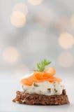 三文鱼用乳脂干酪 库存照片