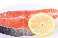 三文鱼用在板材的柠檬 免版税库存图片