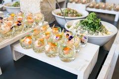 三文鱼用在玻璃的乳脂干酪作为开胃菜 免版税库存图片