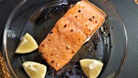 三文鱼用大蒜和草本由柠檬 免版税库存照片