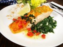三文鱼用菠菜和米 免版税库存图片