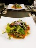三文鱼用蕃茄和蓬蒿 免版税图库摄影