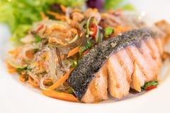 三文鱼用辣细面条和另一海鲜,西部泰国的混合 库存图片