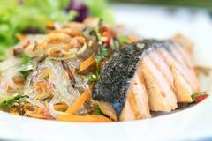 三文鱼用辣细面条和另一海鲜,西部泰国的混合 免版税图库摄影