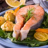 三文鱼用黄油油煎了土豆汤和沙拉 免版税库存图片