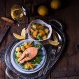 三文鱼用黄油油煎了土豆汤和沙拉 库存照片