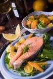 三文鱼用黄油油煎了土豆汤和沙拉 免版税图库摄影