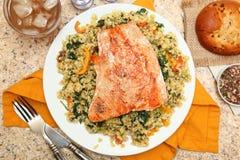 三文鱼用破裂的Freekeh沙拉和辣调味汁Verde 免版税库存图片