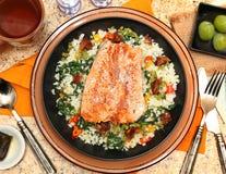 三文鱼用Riced花椰菜沙拉 免版税库存图片